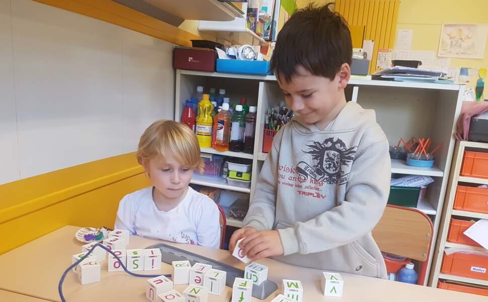 """""""Cubémot"""", un jeu avec des cubes qui parlent et des cartes connectées"""