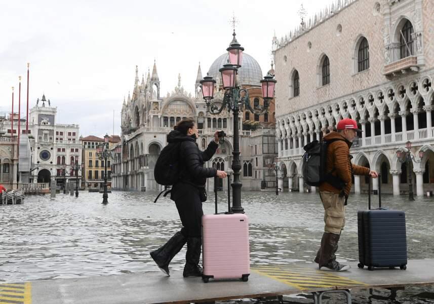 Les touristes quittent Venise comme ils peuvent