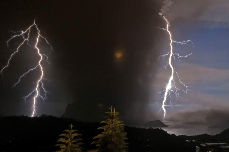 Deux éclairs dans le ciel de Batangas