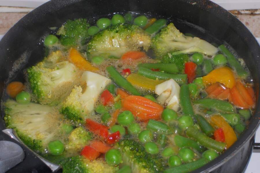 Attendez que l'eau bouille avant d'y jeter légumes, féculents ou poissons