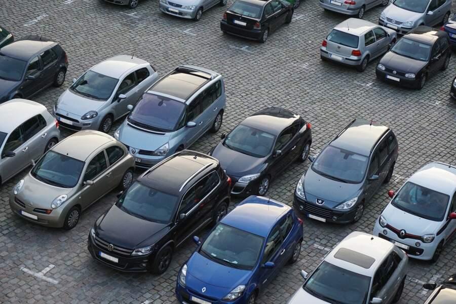Des parkings pour garer sa voiture à l'entrée de la ville