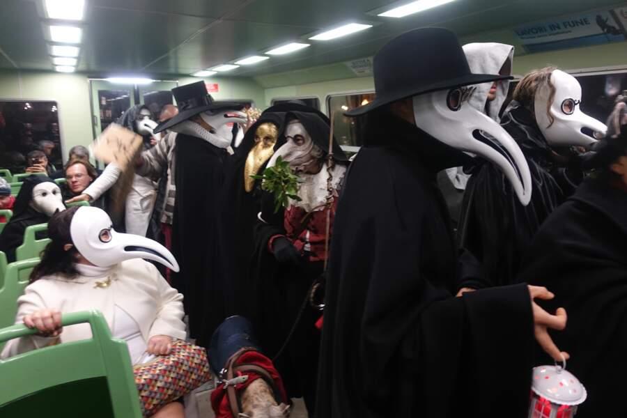 """Le masque du """"médecin de la peste"""" est le symbole du carnaval. Jadis, il était rempli d'herbes aromatiques."""