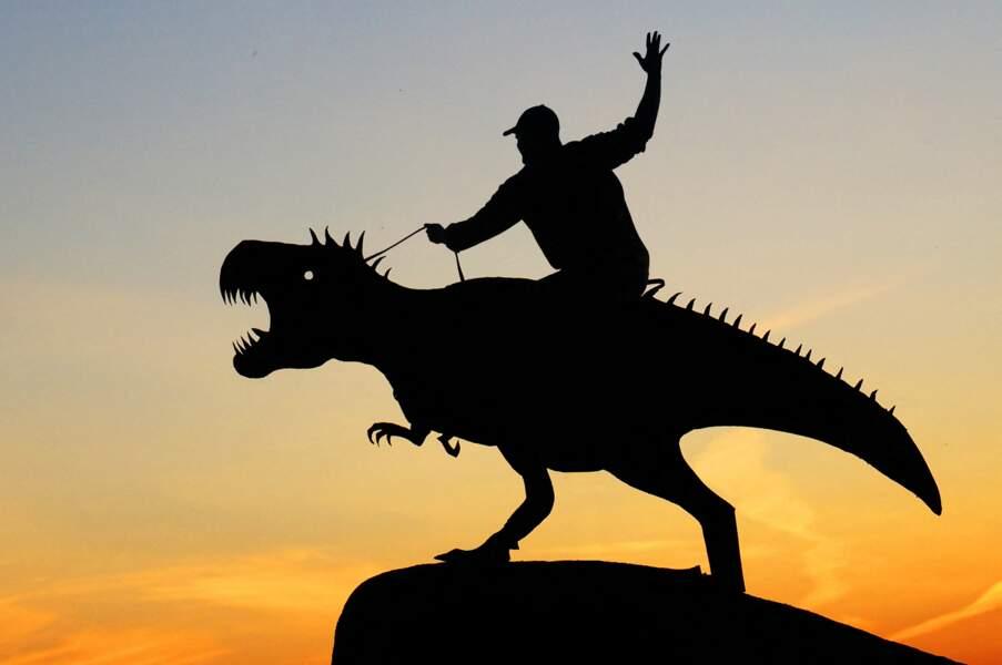 John Marshall chevauche un dinosaure