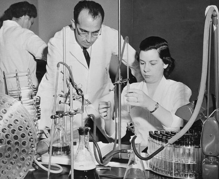 1955: Jonas Salk met au point le premier vaccin contre la poliomyélite