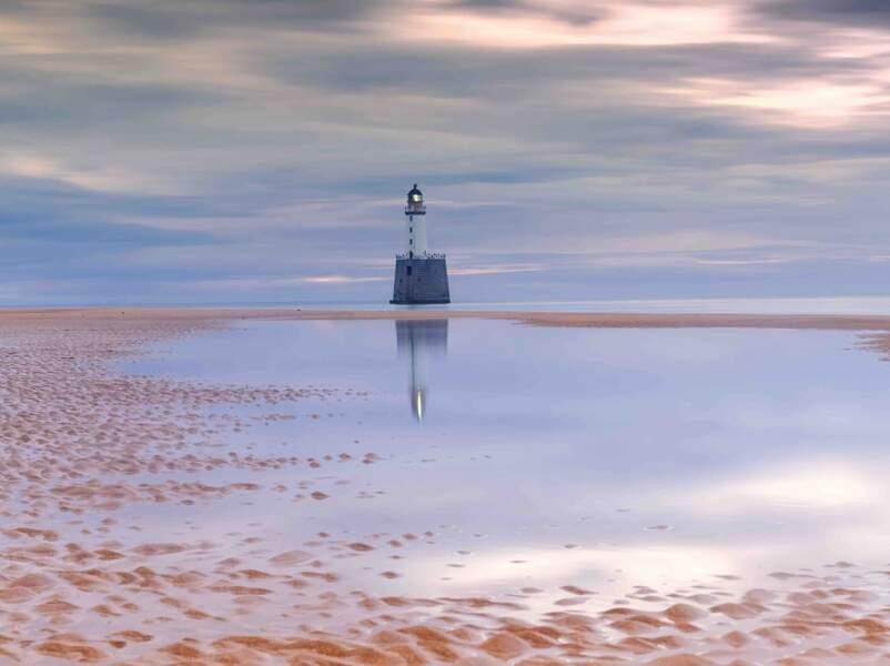 Coucher du soleil derrière le phare de Rattray Head au nord-est de l'Écosse