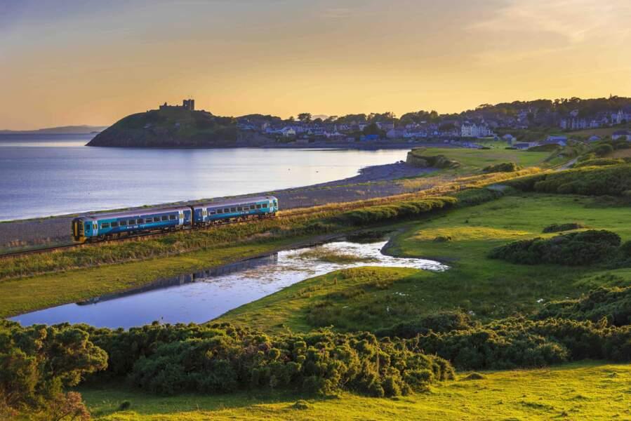Le dernier train de la journée passe à Criccieth, au nord du Pays de Galles, lors d'une soirée d'été