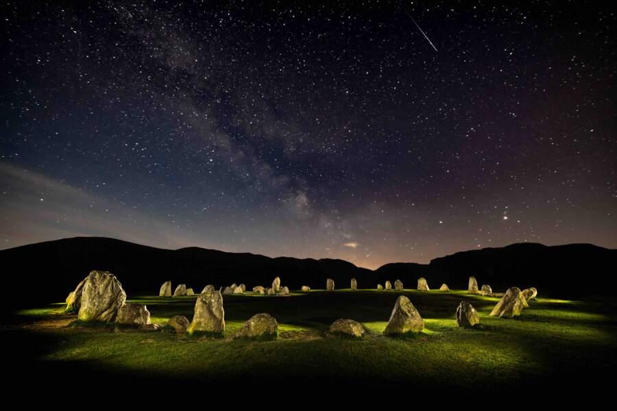 Le cromlech de Castlerigg sous le ciel étoilé dans le comté de Cumbria au nord-ouest de l'Angleterre
