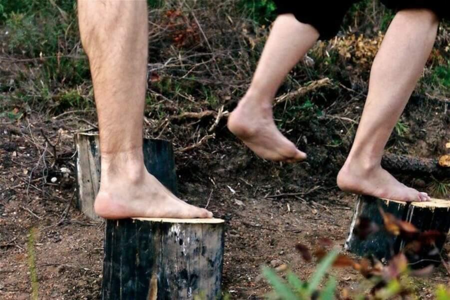 Se balader pieds nus dans la forêt