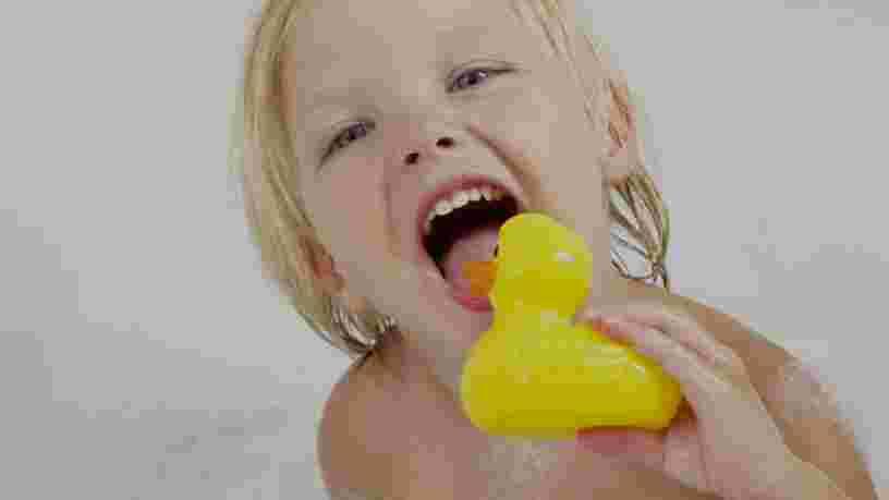 VIDEO: Les jouets en plastique avec lesquels votre enfant joue dans le bain peuvent être dangereux pour sa santé — voici pourquoi
