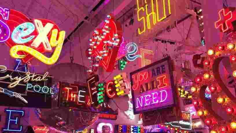 VIDEO: Ce café à Londres est recouvert de plusieurs centaines de néons — certains viennent de films très connus