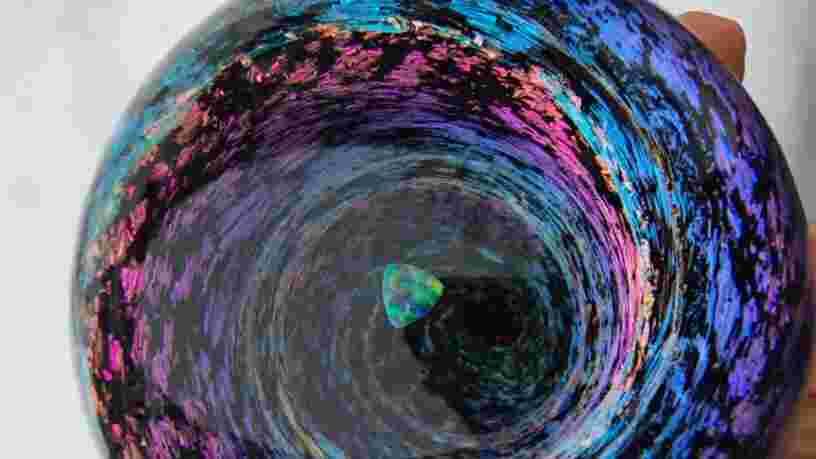 VIDEO: Ces petites sphères en verre donnent l'impression de tenir des tourbillons de galaxies dans la paume de la main