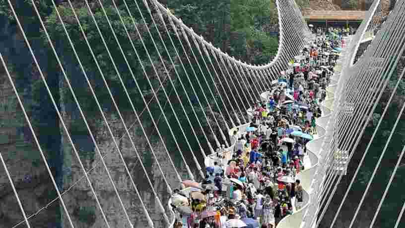 VIDEO: Ce pont de verre en Chine était le plus haut et le plus long du monde — voici pourquoi il a fermé