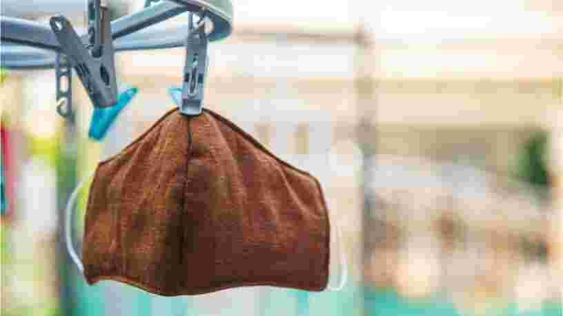 Peut-on nettoyer son masque en tissu sans machine ? 5 méthodes de lavage à la main passées au crible