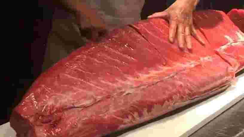 VIDEO: Ce chef-sushi est un maître dans l'art de manier le couteau — admirez le coup de main