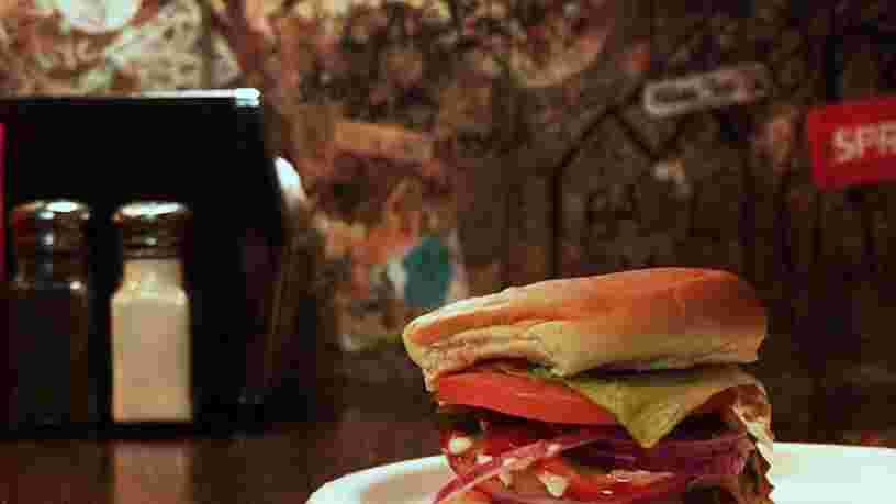 VIDEO: Il y a un resto de burgers caché dans cet hôtel chic de New York