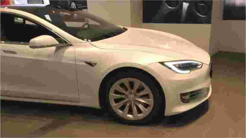 Une vidéo montre une Tesla Model S lancée à pleine vitesse sans personne au volant