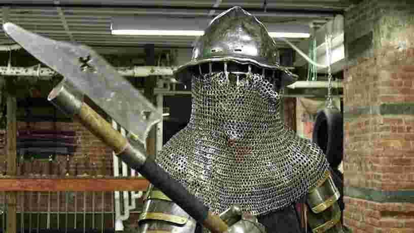 VIDEO: Quand il ne travaille pas, ce consultant en management se bat avec des haches en métal vêtu d'une armure médiévale