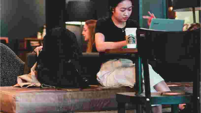 Starbucks ne veut plus que vous traîniez des heures dans ses canapés