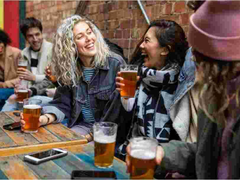 Un bar israélien offre de la bière gratuite aux jeunes qui se font vacciner contre le Covid-19