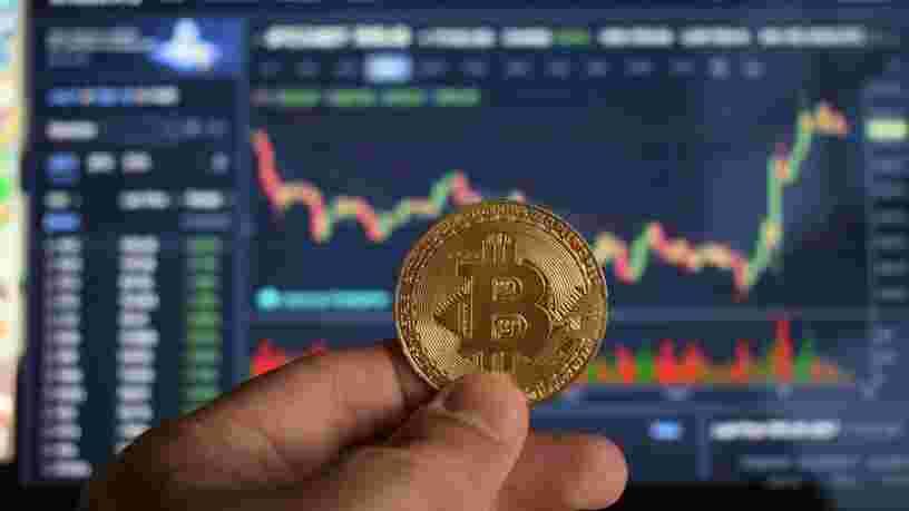 Le bitcoin atteint un nouveau record et vaut désormais plus de 65 000 $