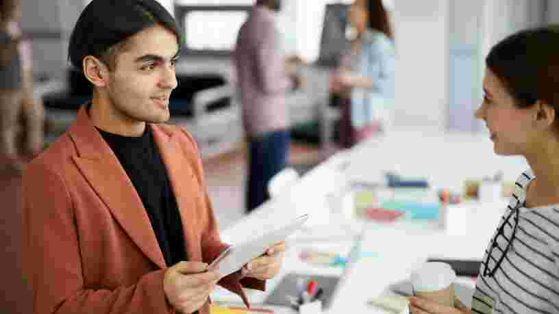 Comment accepter les critiques au travail sans les prendre personnellement ?