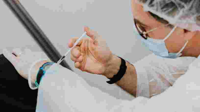 Le vaccin AstraZeneca recommandé aux personnes de 55 ans et plus