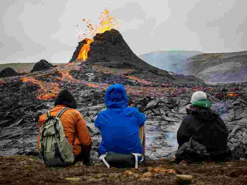 Les images impressionnantes de l'éruption volcanique qui attire les foules en Islande