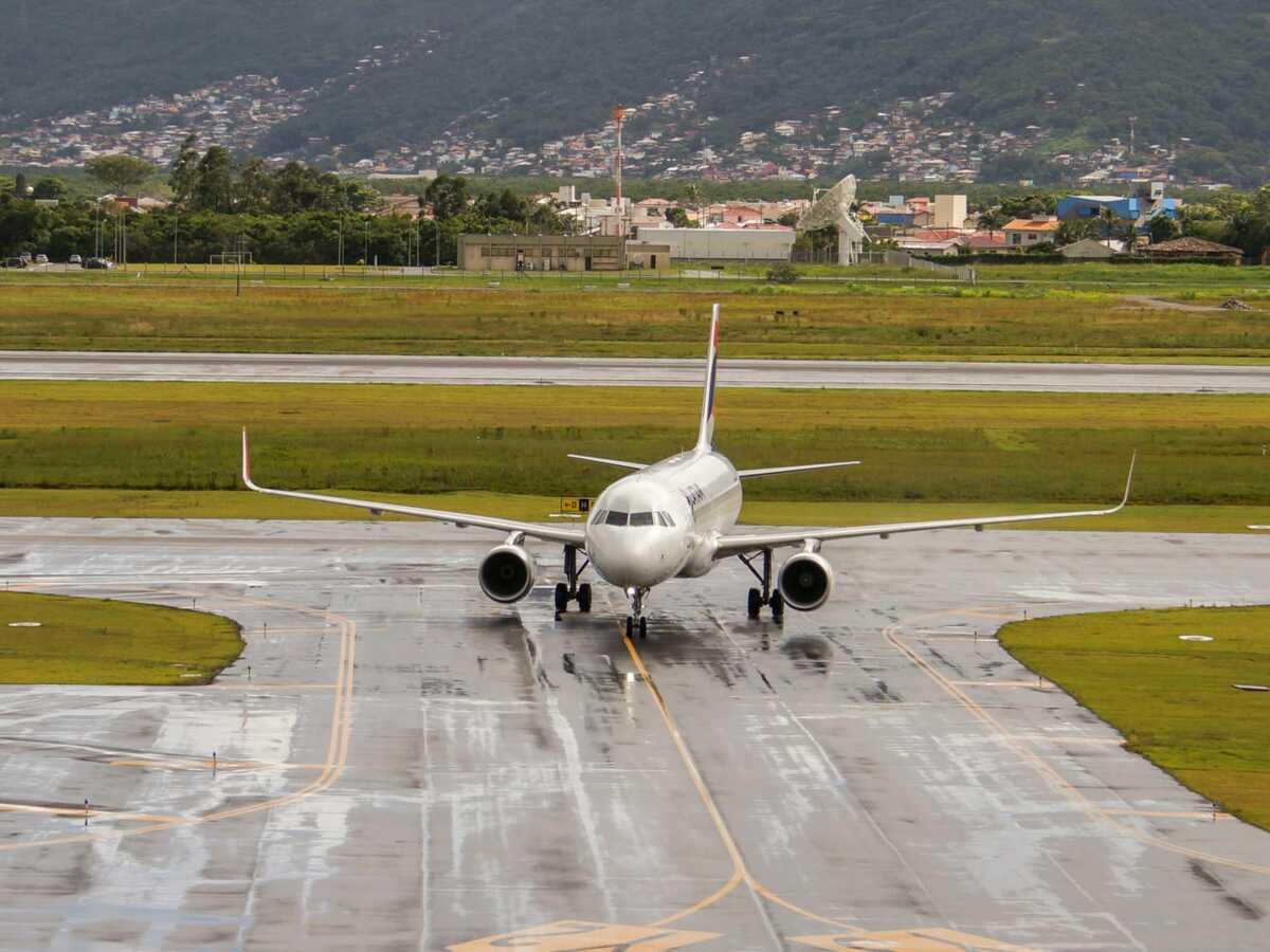jean castex annonce la suspension jusqu a nouvel ordre des vols entre le bresil et la france