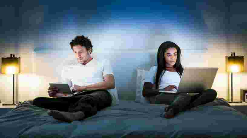Qu'est-ce que la lumière bleue ? Ses effets sur votre santé et comment contrôler votre exposition aux écrans