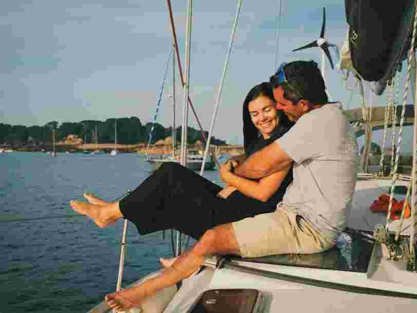 Comment ce couple a tout quitté pour naviguer à travers le monde tout en gagnant de l'argent