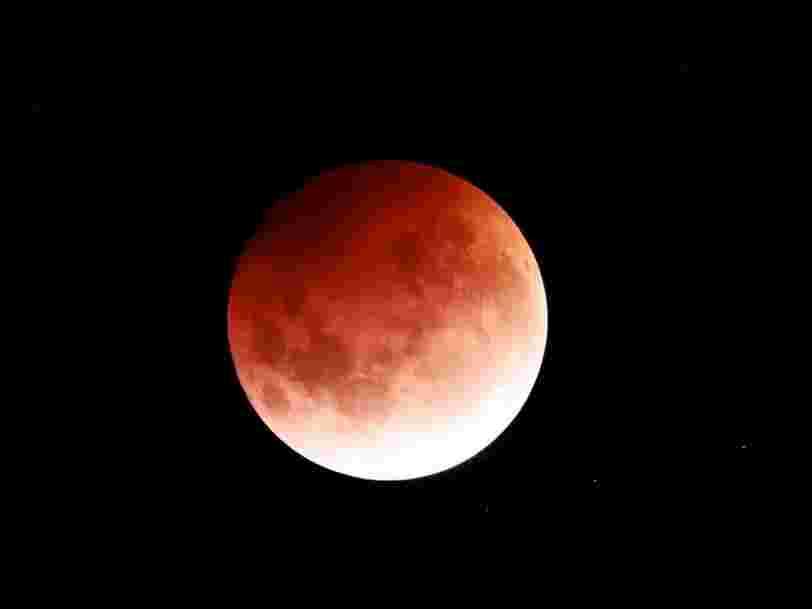 """Ces photos spectaculaires montrent la """"super Lune de sang"""" dans le mode entier"""