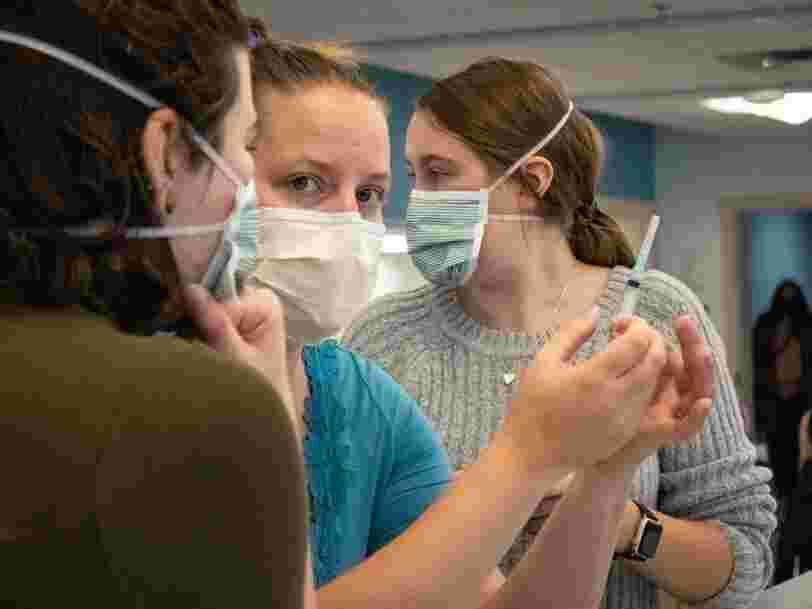 Le vaccin chinois CoronaVac réduirait davantage la mortalité que le Pfizer, selon une étude