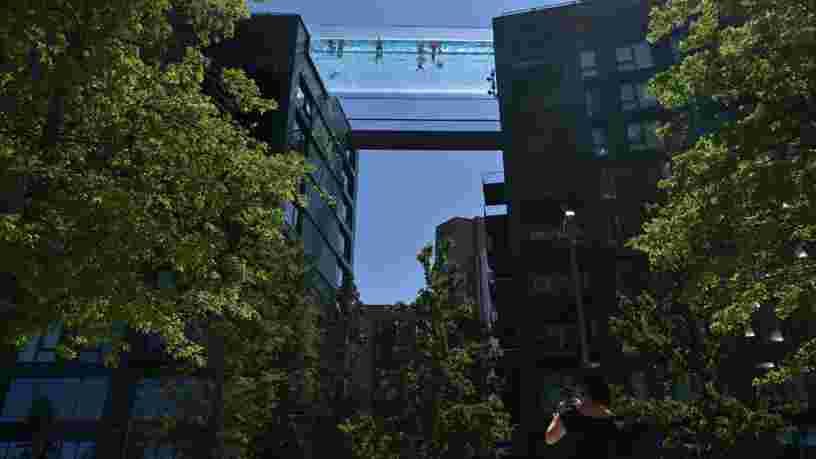Cette nouvelle piscine suspendue dans le vide permet de nager entre deux immeubles à Londres