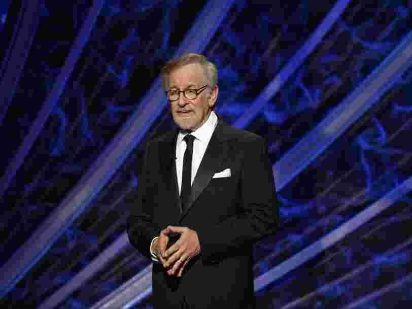 Steven Spielberg va produire des films pour Netflix, un signe que la pandémie a transformé Hollywood