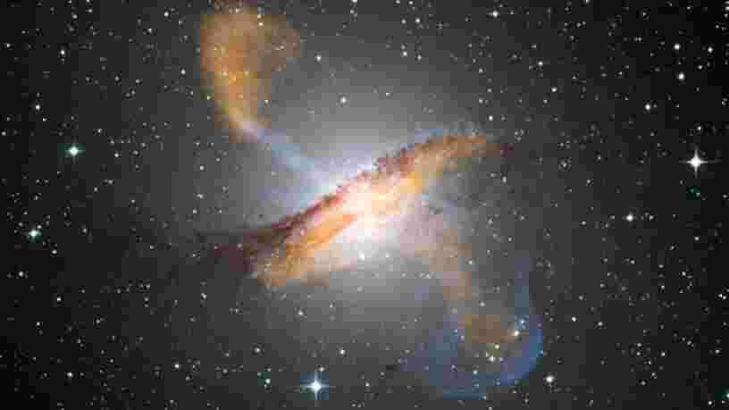 Des jets de gaz chauds s'échappant d'un trou noir supermassif repérés par des astronomes