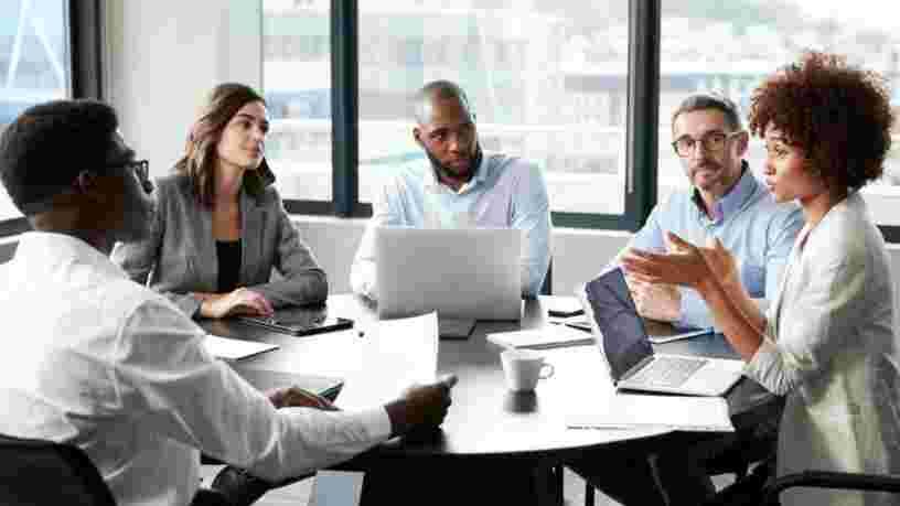 Valoriser les idées de vos collègues augmenterait votre propre influence au boulot