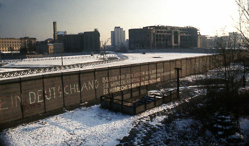 Le mur de Berlin était constitué de deux enceintes avec un vaste no man's land entre les deux. Dans cette bande désertée par les hommes sont apparus :
