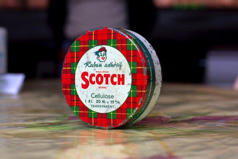 Le ruban de Scotch a été inventé par un jeune ingénieur de la société 3M, Richard Drew, en 1925. A l'origine, il pensait qu'il pourrait servir à :