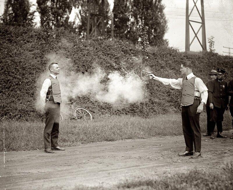 En 1881, le docteur américain George E. Godfellow assiste à un duel, qui le met sur la piste de l'invention du gilet pare-balle. Il découvre que le projectile qui a touché l'un des duellistes a été freiné par :