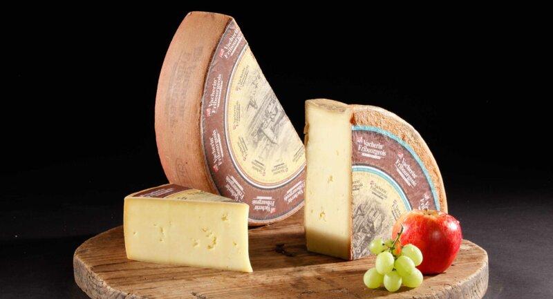 Quel fromage utilise-t-on en complément du gruyère suisse pour réaliser la fameuse fondue moitié-moitié ?