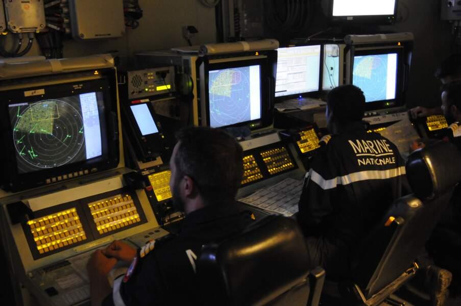 Dans le Central opérations, 12 personnes gèrent en permanence la masse d'informations qui parviennent au navire.