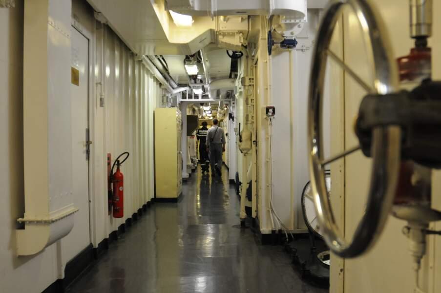 Briquées chaque matin, les coursives s'étirent sur toute la longueur du navire, dans les 18 ponts existants.