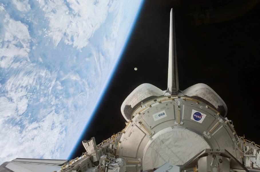 16. La Lune au large de la Terre