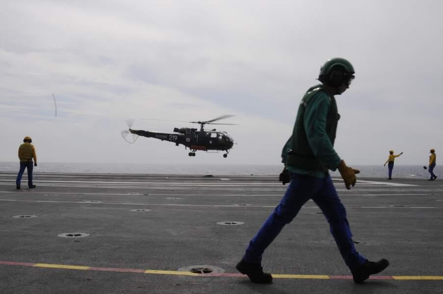 Avant tout décollage ou appontage, un hélico prend l'air, prêt à intervenir au secours d'un pilote en perdition.