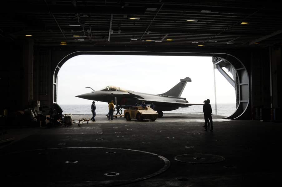 Deux ascenseurs permettent de descendre les avions vers les hangars, sous le pont d'envol.