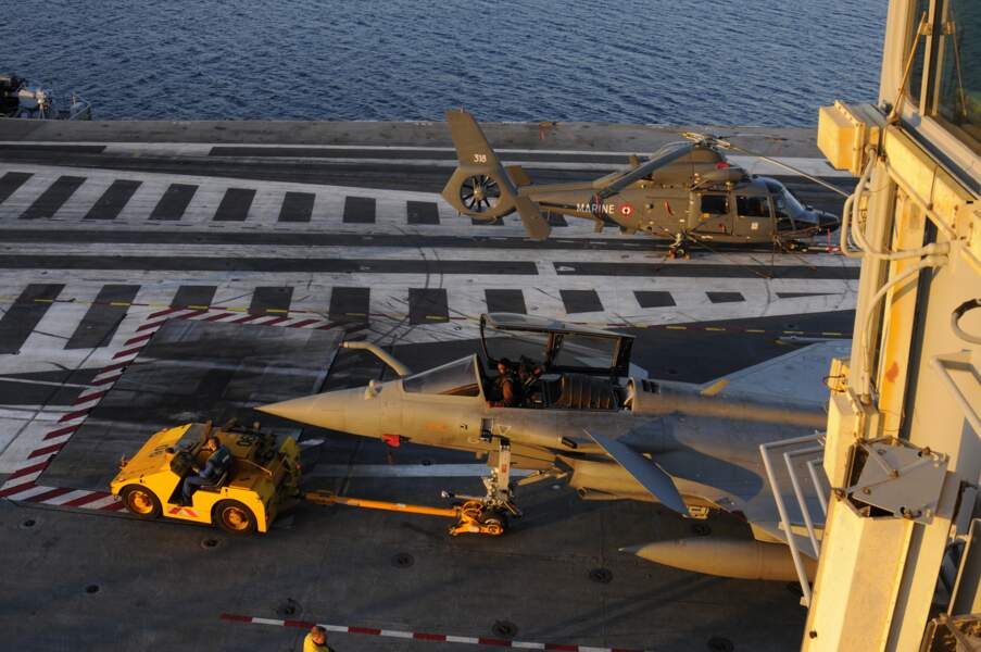Après le départ de Toulon, les avions sont conduits vers les hangars.