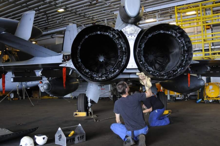 Dans le hangar, on nettoie, on graisse, on répare. Un million de pièces détachées y sont rangées.