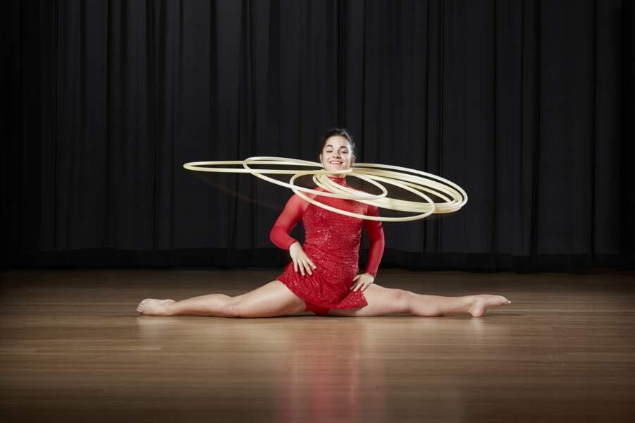 La position de grand écart la plus longue en faisant tourner 6 hula hoops