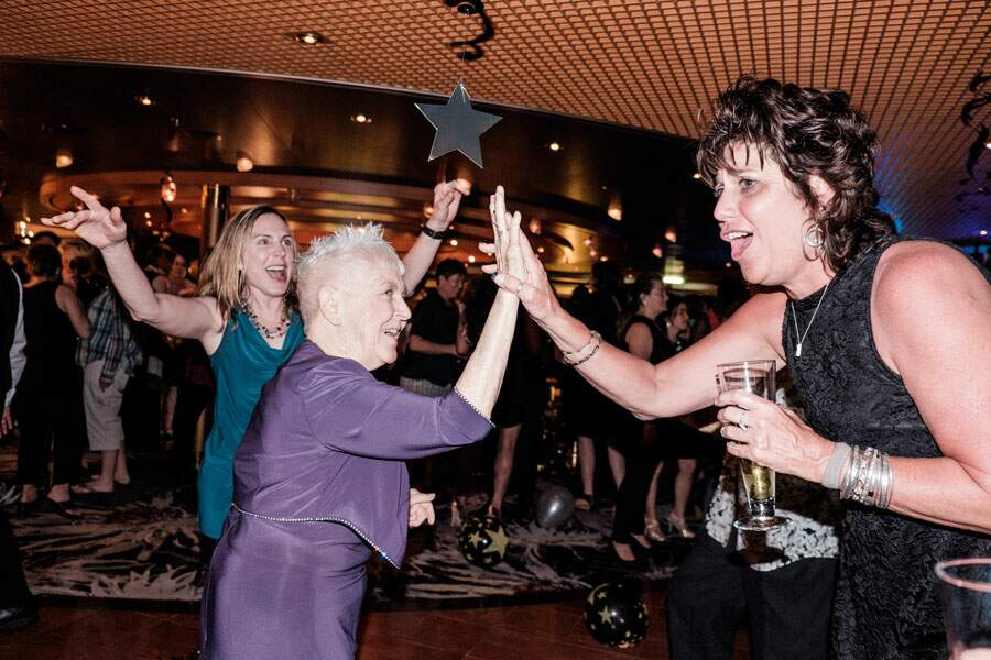 Sharon, 78 ans, met le feu au dancefloor