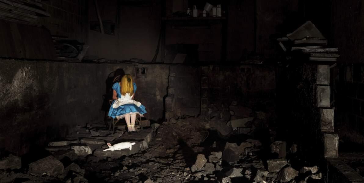 Alice au pays des merveilles, oubliée tout au fond du trou